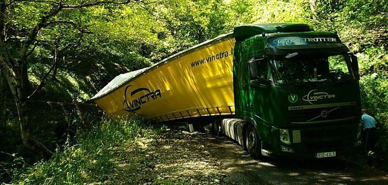 Un camión polaco se atasca en una carretera cortada al tráfico por las tormentas en Lozère, Francia