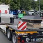 Emotivo cortejo fúnebre: 130 camiones despiden en homenaje al camionero de 23 años fallecido de un infarto tras cargar. Vídeos