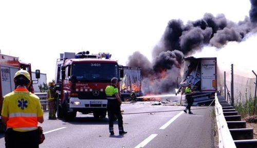 La brutal colisión de dos camiones provoca un incendio con una intensa nube de humo y el cierre de la A2 en Fondarella