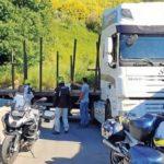 Los vecinos ayudan a salir de la difícil situación a un camión atrapado en una curva de Castrelo do Val