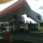 Un camión portacoches se lleva el techo de una gasolinera y deja una furgoneta en difícil situación en el área de Valmy – Le Moulin