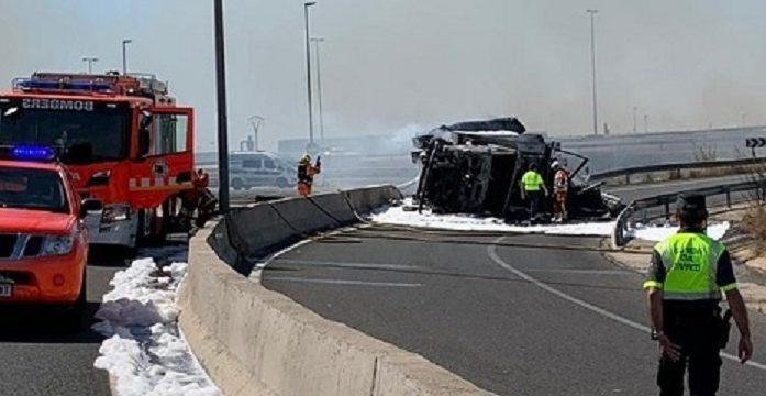 Heridos dos Guardias Civiles, al sacar a un camionero herido de la cabina del camión en llamas, tras un accidente.