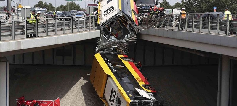 Un muerto y más de 20 heridos al caer un autobús articulado por un viaducto en Varsovia