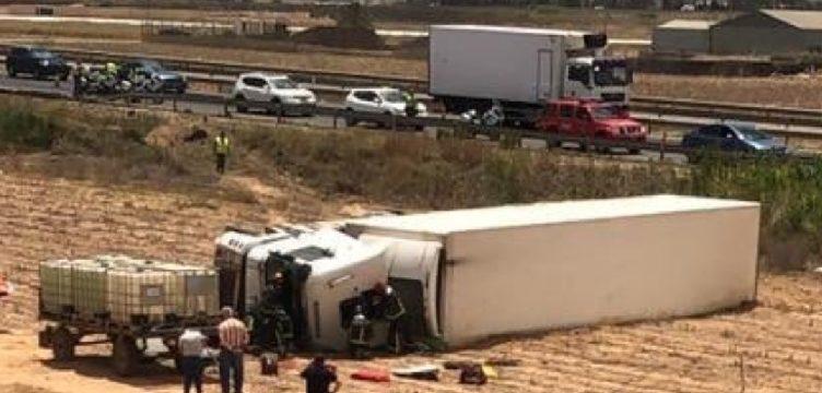 Herida la conductora de un camión al volcar y quedar atrapada en la cabina en la A30 Cartagena