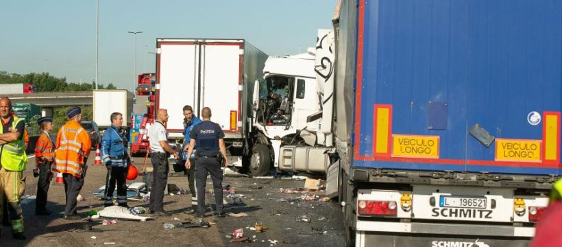 Cortada la E17 tras la colisión de 5 a 7 camiones en un atasco. Un camionero y una menor heridos graves.