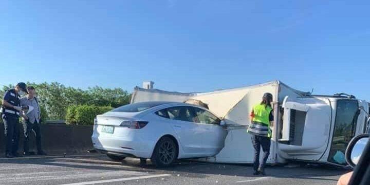 Un Tesla con Autopilot se estrella contra un camión volcado al que el sistema no detectó. Vídeo