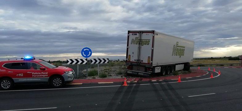 Un camión se sale de la vía en Cintruénigo (N113 con NA160) se sube a una rotonda y produce problemas de tráfico