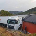 Incautan en carné a un conductor de Girteka, que dañó una casa cambiando de sentido en un espacio imposible en Noruega