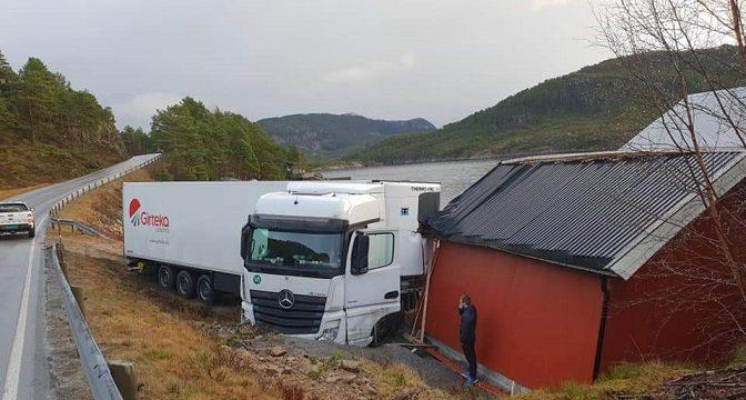 Camión de Girteka enun lugar imposible girar
