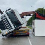 Un camión vuelca golpeado por otro mientras descargaba un grupo  en una zona industrial de Muggiò