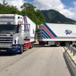 Fallece un camionero albanés de un ataque al corazón: el camión retrocede sin control en la 139 Italia