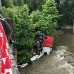 Un camión hace la tijera y cae al río en la N-1 en Aduna