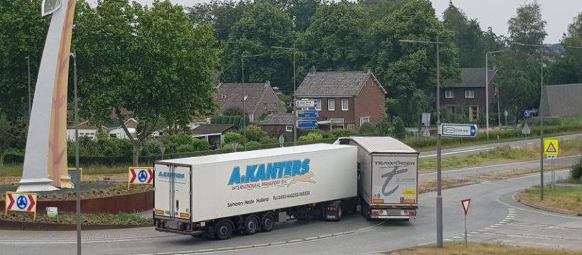 Dos Camiones chocan en una rotonda y los conductores no se ponen de acuerdo sobre el culpable
