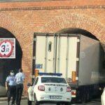 Un camión frigorífico se atasca bajo el arco de 3,60 m del Bastión Maria Teresa en Timișoara