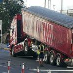 Un camión en serios apuros, posiblemente por el movimiento de la carga en el aeropuerto de Trieste