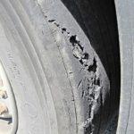 Por primera vez, los conductores de camiones contentos con un control del tráfico: La policía obligó a cambiar 5 neumáticos que el patrón había prohibido previamente