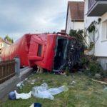 Un camionero herido de gravedad, al colisionar su camión contra una casa y quedar atrapado en la cabina en Alemania