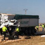 Dos camioneros muertos en un brutal accidente entre dos camiones en Macotera