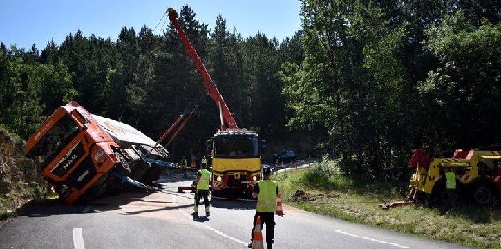 Hospitalizado un camionero español, tras volcar el tráiler que conducía en una curva de la RN88  Francia