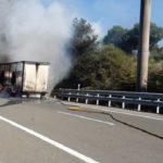 Un camión en llamas genera una densa humareda y obliga a cortar la AP-68 cerca de Altube