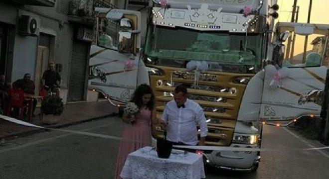 Un camionero huérfano, cumple su sueño de amor gracias a su patrón