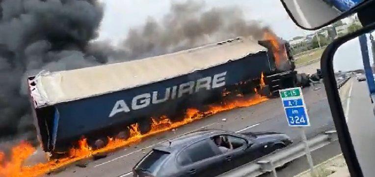 Cortada la A7 por el incendio de un camión provocando 11 km de retenciones en Paterna