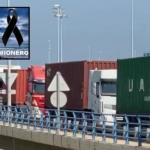 Emotiva bocinada de medio centenar de transportistas, en homenaje al camionero fallecido en el puerto de Algeciras. Vídeo