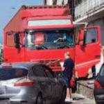 Un camionero fallece al volante de un ataque cardíaco complicado por el calor y arrolla tres coches en Sant'Antonio Abate