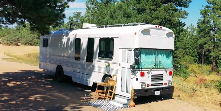 Cómo un autobús escolar se convirtió en una envidiable autocaravana de lujo (video)
