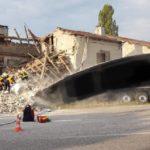Un camión se estrella contra una casa y la derrumba parcialmente en Francia.