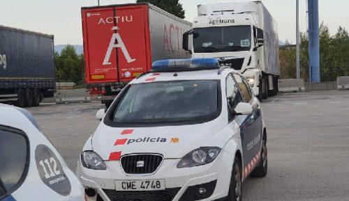Los Mossos detienen a tres hombres con 38 antecedentes policiales, cuando robaban en un camión
