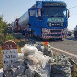 Varios camioneros rumanos dan una lección cívica recogiendo la basura de un lugar durante el descanso de 45 horas