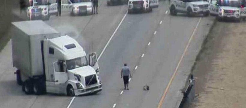 La endiablada persecución de un camión, solo se acaba con una bala de rifle calibre 50 en el motor. Vídeo