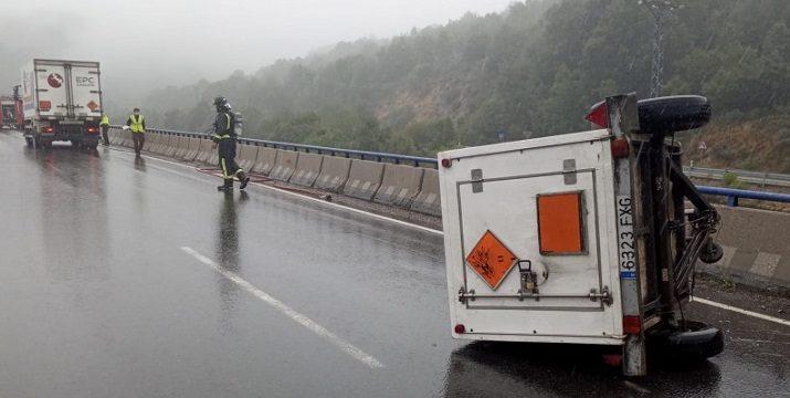 Un camión de mercancías peligrosas pierde un remolque sin darse cuenta en la A-52 en Zamora