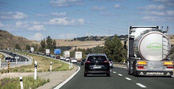 Los camiones hacen caso omiso a la DGT y se saltan las restricciones en la AP-1