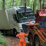 Un camión con destino a Moscú, se ha quedado atrapado en una pista forestal en los montes de Ezcaray