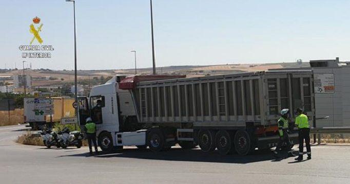 La Guardia Civil investiga a tres camioneros por irregularidades en el tacógrafo