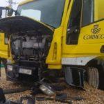 Un camión de Correos se traga la rotonda de la carretera Alfageme en León y colisiona con la escultura