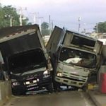 Dos camiones chocan al querer entrar al mismo tiempo al peaje  de la Autopista Duarte