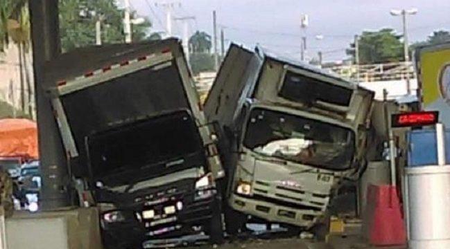 dos camiones chocan al intentar entrar al mismo tiempo a un car
