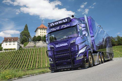 Impresionante Scania R-650 decorado «legendario músico Prince» Figura indiscutible del pop y renovador de la música negra
