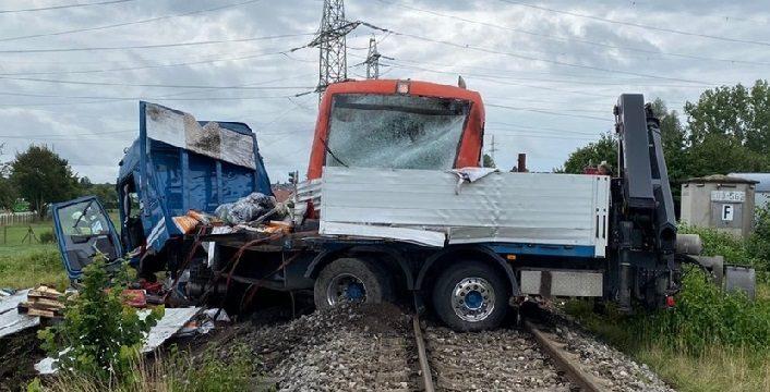Once heridos al chocar un tren a 80 km/h contra un camión. Las barreras estaban abiertas.
