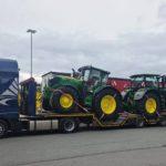 Roban camión góndola con dos tractores nuevos John Deere.  Matrícula tractora H-Z 4805, góndolaH-Z 5191