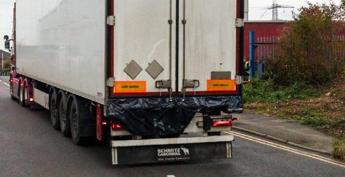 Un camionero escucha gritos en el camión y encuentra 6 migrantes cerca de morir congelados en el semirremolque frigorífico