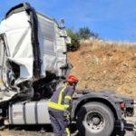 Conmoción por la dramática muerte de un camionero atrapado en la cabina, en una colisión de 2 camiones en la A-66 Guillena