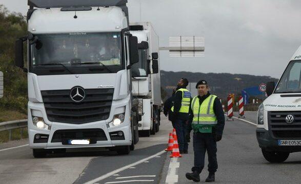 agente dirige conductor frontera Portugal 1447066386 118668513 6