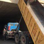 Un camionero herido grave al quedar atrapado en la cabina de su camión tras chocar con el techo del túnel