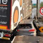 Un camión y un coche encajados en un peaje, porque el turismo se equivocó  de cabina