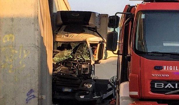 Un camionero sufre un infarto,  pierde el control y fallece a colisionar contra un pilar en la SS434 Verona