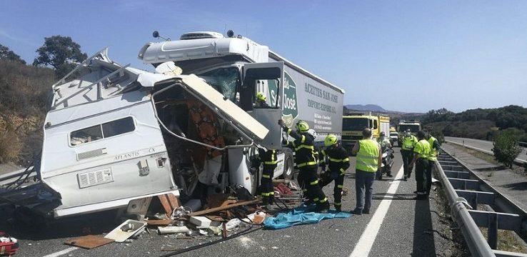 Dos muertos al chocar una autocaravana kamikaze contra un camión en la A381 Cádiz